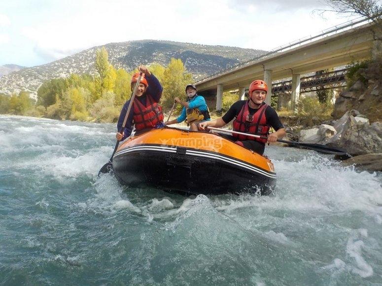 Hacer rafting en el rio Esera