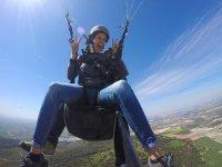 女孩飞行串联滑翔伞滑翔伞在马拉加