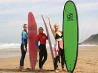 Surfistas con las tablas fuera del agua
