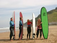 Surfistas junto a sus tablas en Llanes