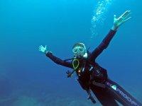 潜水员打开手臂