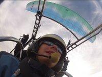 兴奋Pasajera在动力伞仰望天空