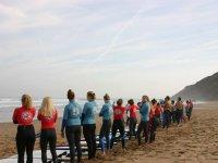 Alumnos del surfcamp en la playa de Llanes