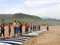 Preparando el equipo de surf en la playa