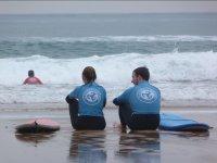 Sentados en la orilla del mar