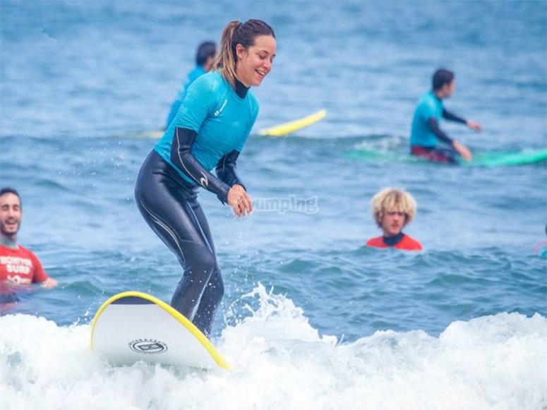 chica surfeando