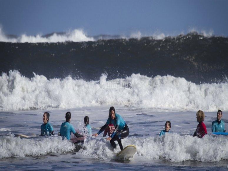 grupo de chicos surfeando