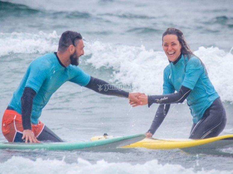 Con il monitor di surf in acqua