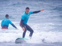 Studente di surf in acqua a Salinas