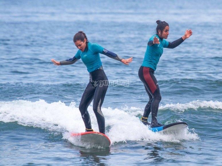 Ragazze sulle tavole da surf a Salinas