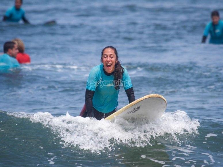 Sorridere sulla tavola da surf nel Cantabrian