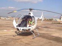 Con el piloto en el helicóptero