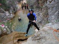 Grabando el rapel hasta el agua
