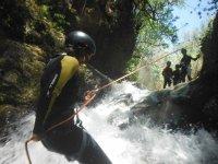 Rapel en el interior de la cascada