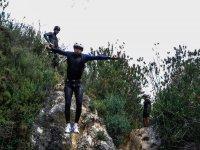Saltando al agua con los brazos en cruz
