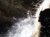 山沟瀑布的下坡