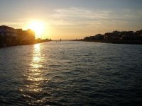 美丽的日落练习桨冲浪
