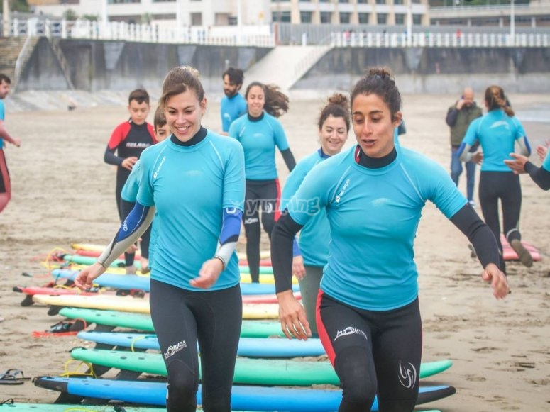 Studenti durante il riscaldamento del surf a Salinas
