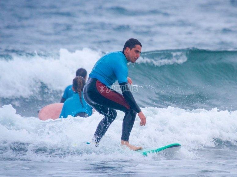 Concentrati sulla tavola da surf a Salinas