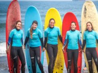 Surfcamp students with their surf boards in Salinas