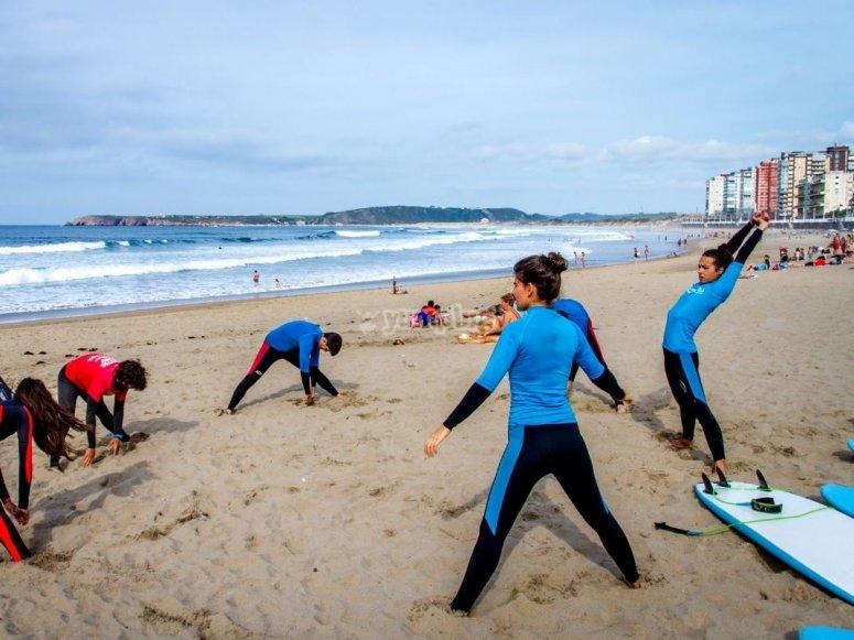 Allungarsi prima della lezione di surf a Salinas