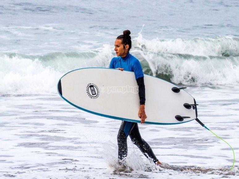 Surfista sulla spiaggia di Salinas