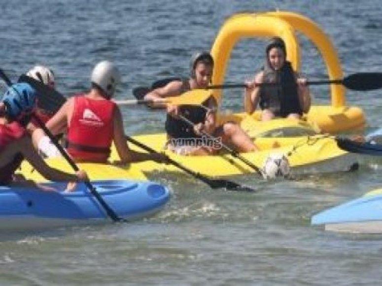 Partida de kayak polo