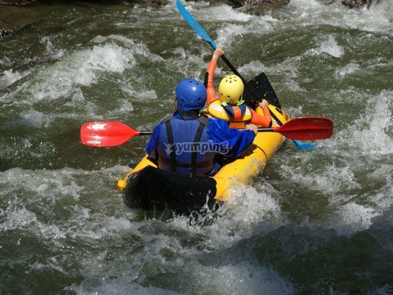 Atraviesa los rapidos en una canoa especial