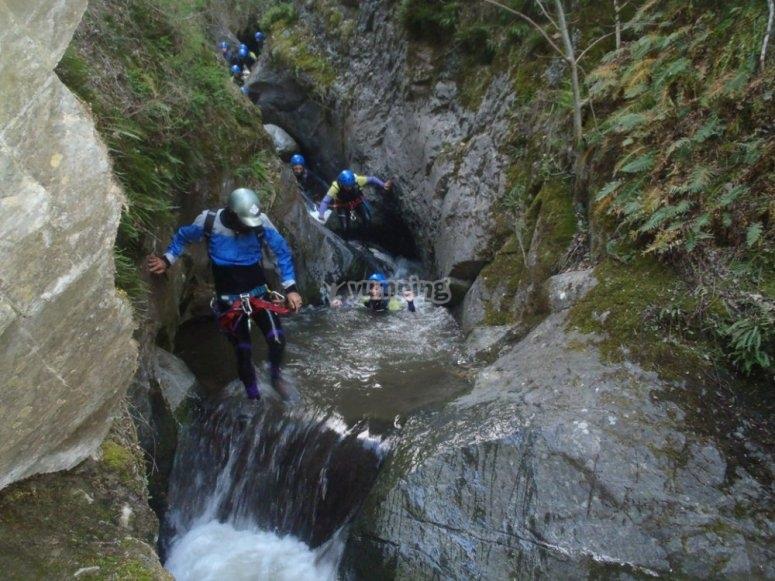 Saltando obstaculos en el barranco