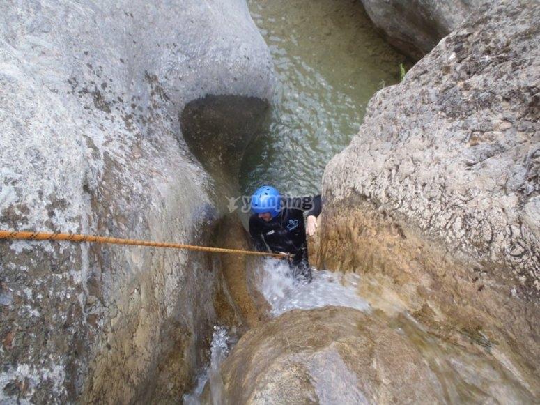 Bajando el barranco con cuerda
