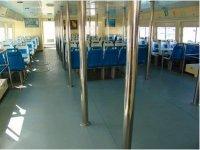 Interior del barco con asientos