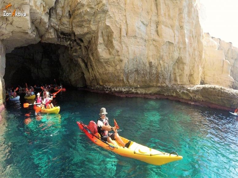 Kayaks en cuevas de la costa