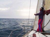 2015年标志安塔尔站在船上看海