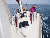 在帆船帆船巡航的两名船员