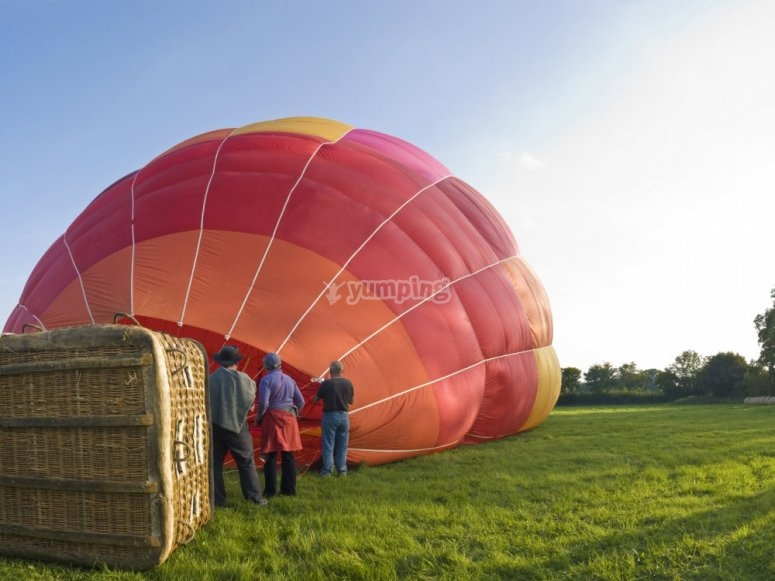 Preparing the balloon to fly in Cerdanya
