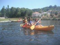 独木舟独木舟3人正在划船练习