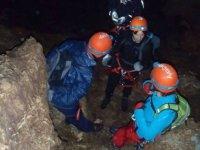 Dando instrucciones en la cueva