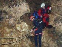 Fijando las cuerdas en la cueva