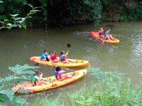 Kayak en rio en el campamento