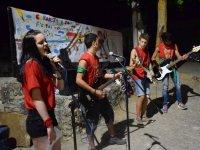 Actuacion musical en el campamento