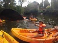 Peque en un kayak