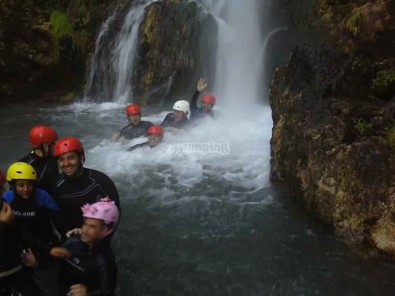 Grupo posando delante de la cascada