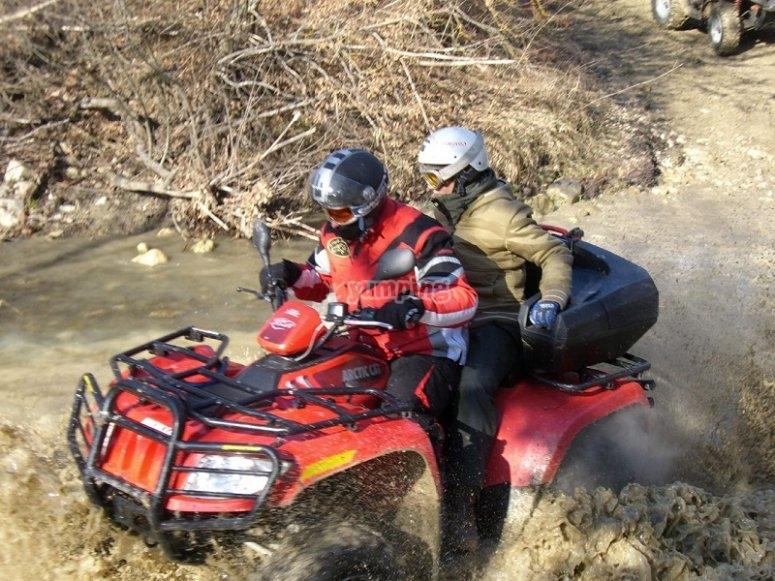 Cruzando un rio a bordo del quad