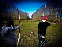 Chicos tirando con arco