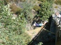 Lanzandose con casco desde el puente