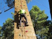 Asegurandose en la pared para escalar