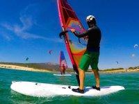 Alumno de windsurf con casco