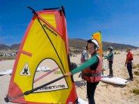 Joven alumno de windsurf