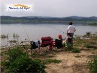 Pesca tranquilamente en el embalse