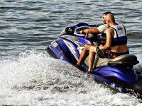 Guida della moto d'acqua blu